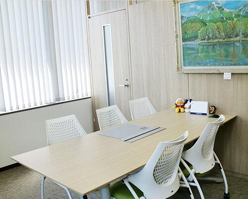 落ち着いた雰囲気の相談室
