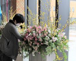 松本合同庁舎にフラワーアレンジメントを展示 管内産花きをPR