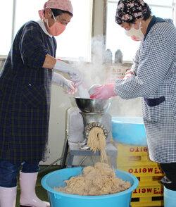 みそ加工が最盛期を迎える 地元の大豆や米を使ってみそづくり