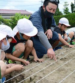 菅野小の児童が花で感謝を伝える 花き生産者が活動をサポート